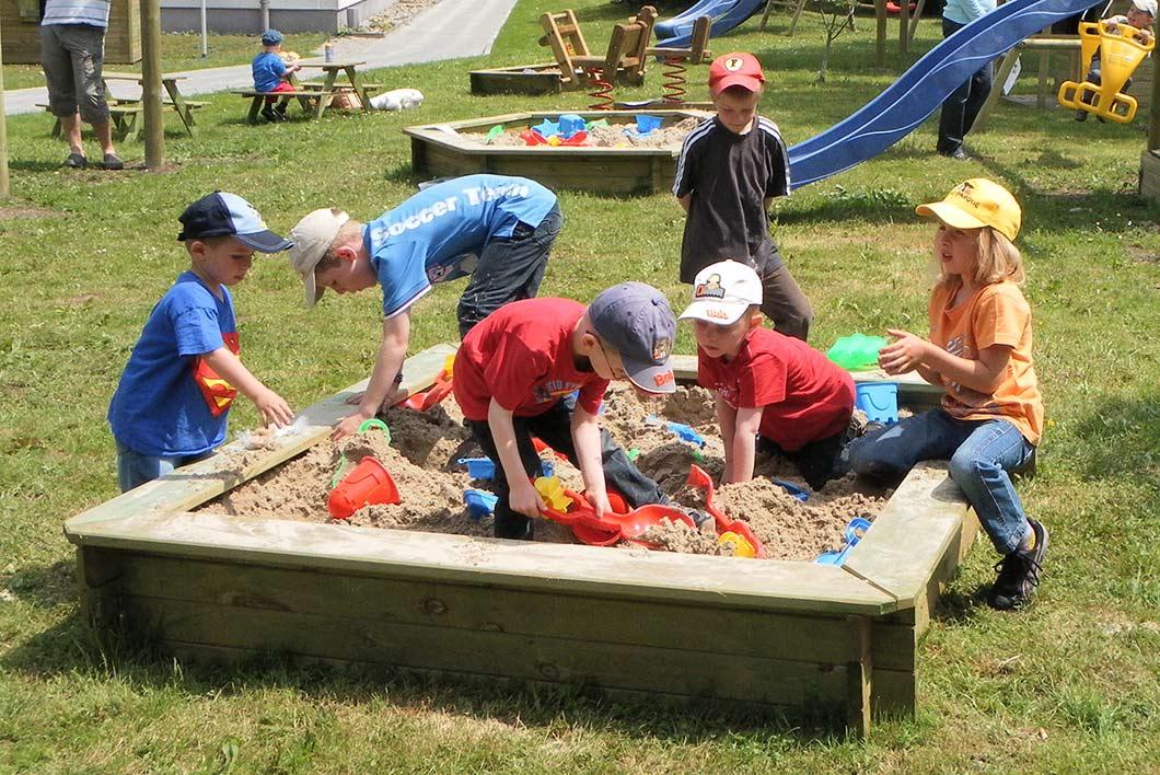 Kindergruppe im Sandkasten