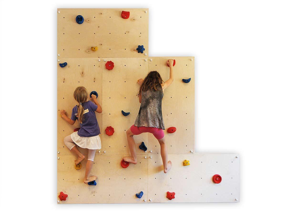 Kinder an einer Indoor-Kletterwand