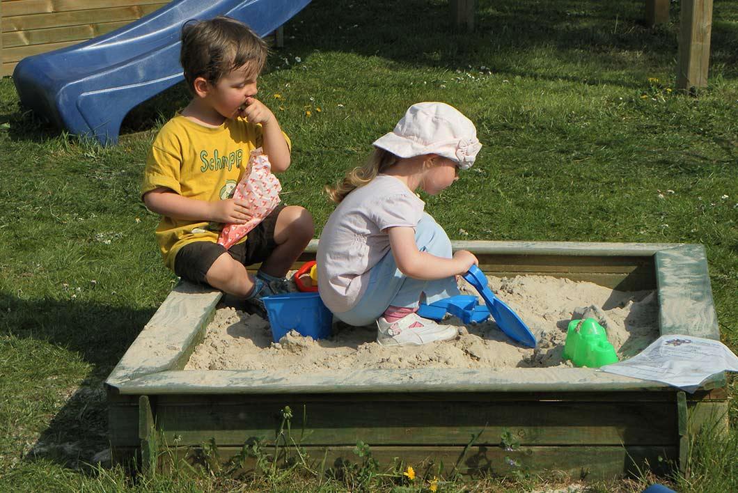 Kind an einem Klettergerüst